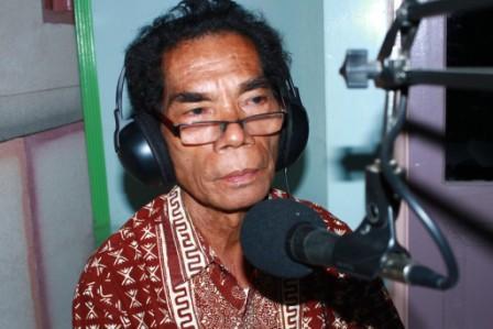 Frans Wora Hebi, Senang Menulis, Narasumber Tetap di Acara Bengkel Bahasa Max FM