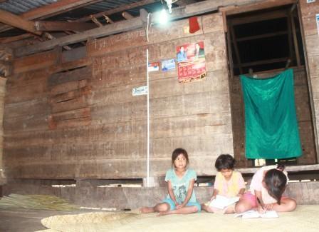 Siswa SD di Dusun Mbakuhau Bisa Belajar Malam Hari karena ada listrik dari PLTMH Mbakuhau Desa Kamanggi Sumba Timur