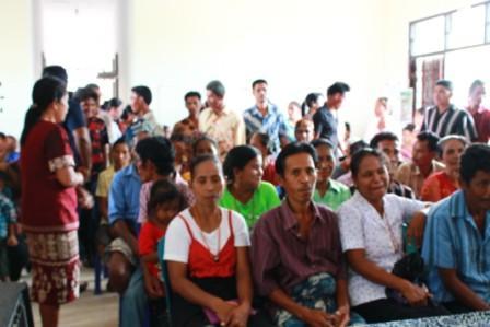Warga Kelurahan Maulumbi Urus Akte Perkawinan di Kantor Kecamatan Kambera