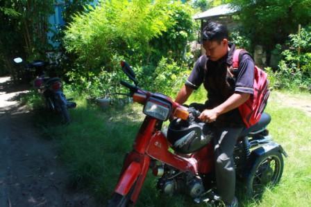 Paulus Kamulung Penyandang Disabilitas Karena Polio Kampanyekan Pileg 2014 Menggunakan Motor Modifikasi