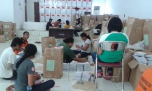 Tim kerja KPU Sumba Timur menyiapkan kertas suara dan perlatan tulis untuk dimasukkan ke kotak suara