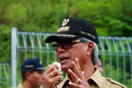 Bupati Sumba Tengah Umbu Sappi Pateduk - Saat peresmian PLTS Terpusat 50 KWp di desa Ole Dewa Kecamatan Mamboro