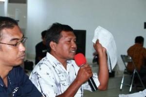 Ketua Panwas Sumba Timur Anwar Engga ( baju putih )