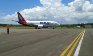 Pesawat Boeing 737-500 NAM Air di Bandara Umbu Mehang Kunda Waingapu