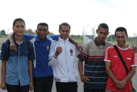 Dari ki-ka - Susanti Kaleka, Lukas Rihi Leko - Mikael Wadu - Redyanto Willi - Ardi Dawo Riwu -Jelang keberangkatan ke Palembang