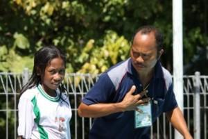 Pak Guru Damianus Remindau Saat Memberi Petunjuk Kepada Salah Satu Siswa Jelang Lomba Renang pada O2SN SD tingkat Kabupaten SUmba Timur di Swembak Matawai