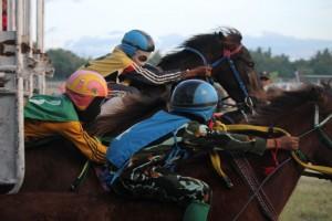 Joki Cilik dan Kuda Pacu Saat Keluar Dari Pintu Start di Pacuan Kuda di Waingapu Sumba Timur [ Foto - Max FM Waingapu - Heinrich Dengi ]
