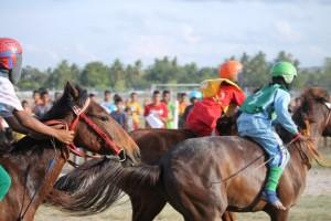 Pacuan Kuda di Waingapu Sumba Timur NTT - Saat kuda keluar dari tempat start - [ MaxFM Waingapu - Heinrich Dengi]