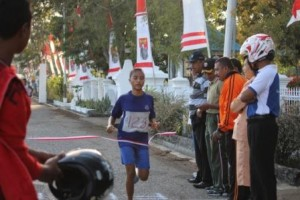 Pelari Putri Masuk Finish Lomba Lari 10 K untuk putra-putri usia 10-20 tahun