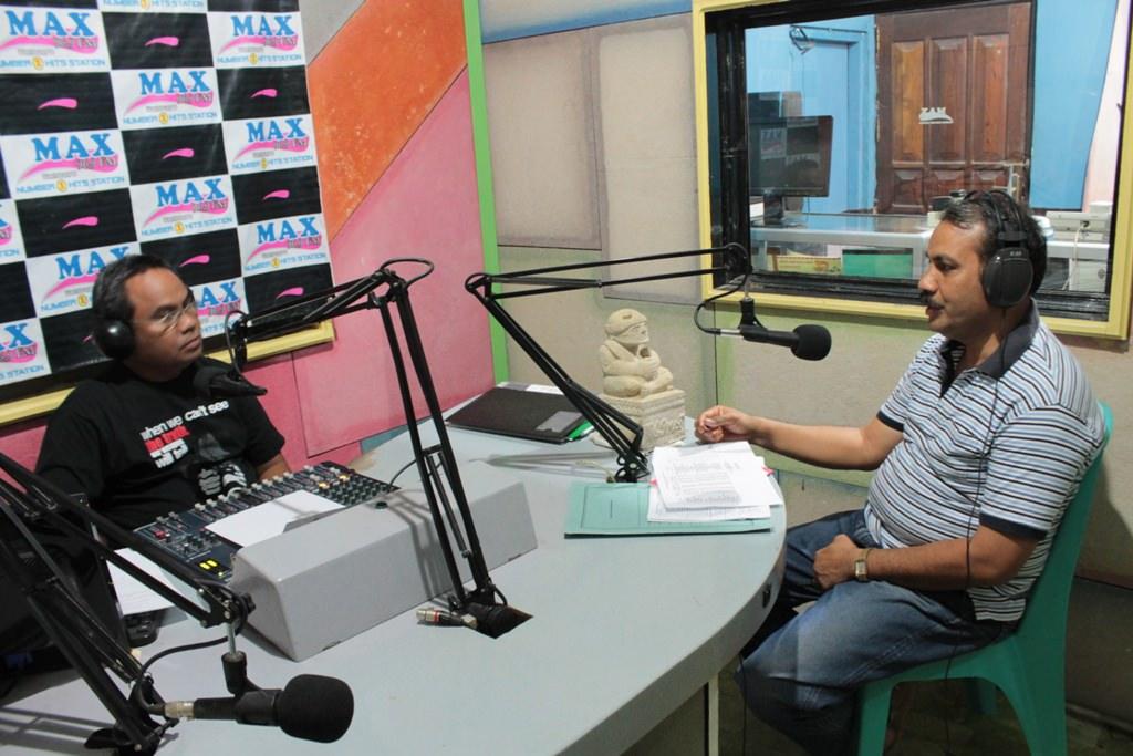 Interaktif Bersama Kadispendukciapil Sumba Timur Kris Praing ( sebelah Kanan ) [Foto : Tim Max FM ]