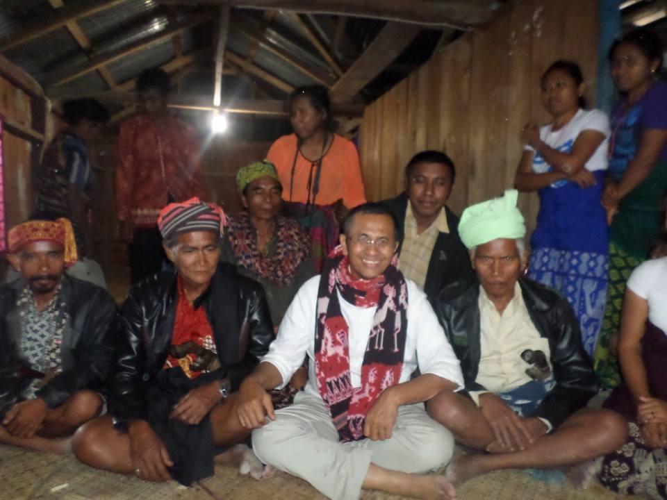 Menteri Dahlan Iskan Foto Bersama Warga Kalihi Saat Lampu di Rumah Warga Menyala