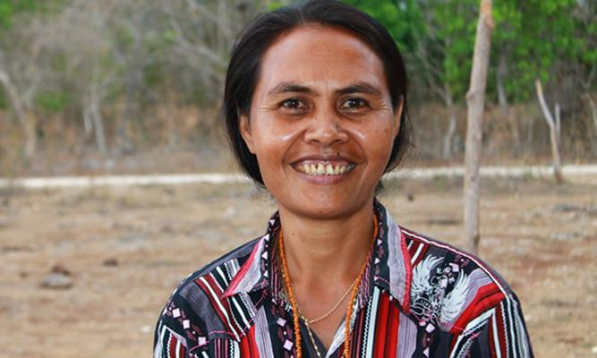 Ester Jera Maramba Nahu Kader Desa Siaga Desa Matawai Katingga Sumba Timur [ Foto : Heinrich Dengi ]