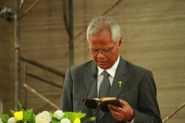 Ketua Majelis Pertimbangan PGI Andreas A. Yewangoe  Saat Khotbah di GKS Payeti [ Foto : Heinrich Dengi ]
