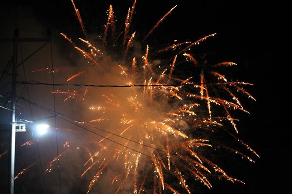 Pesta Kembang Api Jelang Pergantian Tahun di Taman Kota Waingapu [ Foto : Heinrich Dengi ]