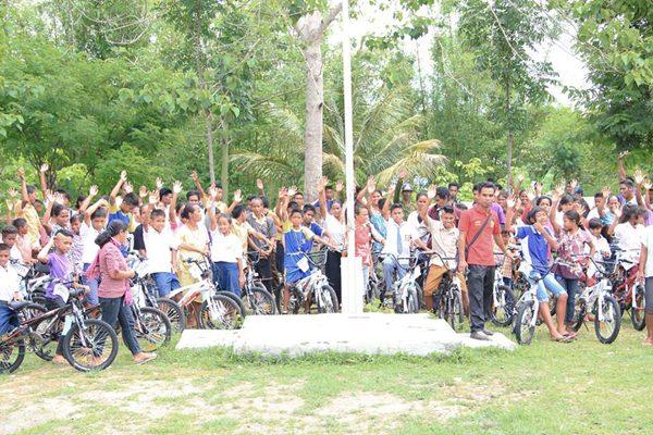 Bantuan Sepeda untuk anak Desa Praikarang Sumba Timur [ Foto : Vian Antoni ]