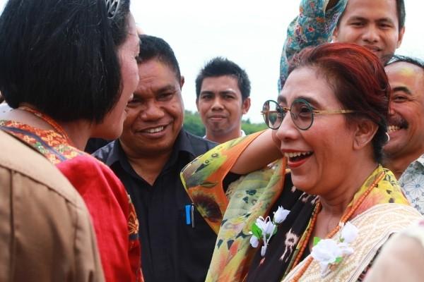 menteri DKP Susi Pudjiastuti datang ke SUmba Timur melihat dari dekat potensi rumput laut di daerah ini