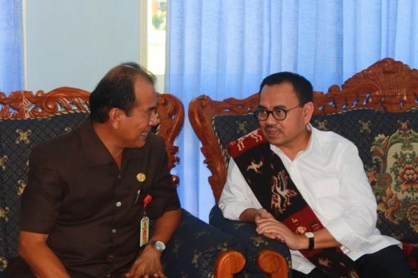 Menteri ESDM RI Sudirman Said (ka) di ruang VIP Bandara UMK Sumba Timur