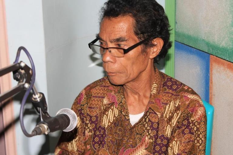 Frans Wora Hebi : Pengasuh Tetap Acara Bengkel Bahasa di Radio Max FM [ Foto : Heinrich Dengi }