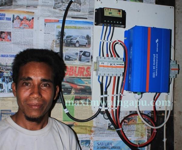 Matius Turanjanjdi di SUmur Wunga Timur  Latar Belakang Sisitim Pembangkit Listirk Tenaga Matahari [Foto Heinrich Dengi]