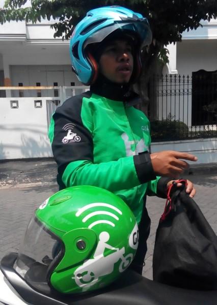Salah Satu Mas Gojek di Surabaya