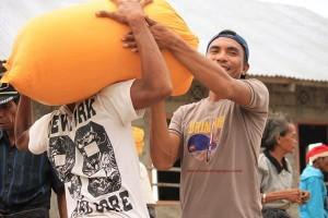 Suasana Pembagian Bantuan Kemanusiaan di Desa Mbatapuhu [Foto: Heinrich Dengi]