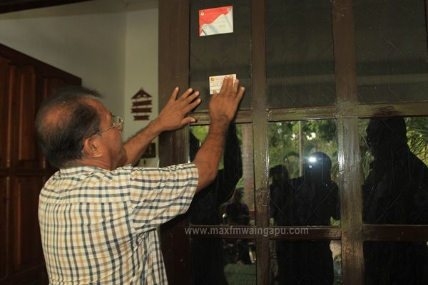Pemasangan Stiker SE 2016 di Kediaman Ketua DPRD Sumba Timur Drh. Palulu P. Ndima [Foto: Heinrich Dengi]