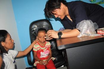 Salah Seorang Anak Yang Mendapat Alat Bantu Dengar [Foto: Heinrich Dengi]