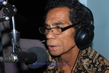 Frans W. Hebi - Pengasuh Acara Bengkel Bahasa Max FM [Foto: Heinrich Dengi]