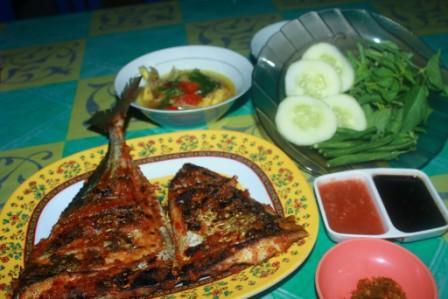 Ikan Bakar dan Kuah Asam di Salah Satu Warung Ikan Bakar di Dermaga Lama Waingapu Sumba Timur NTT