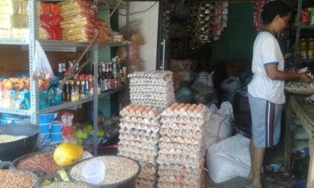 Kios Erni di Pasar Inpres Matawai Sumba Timur menjual berbagai bahan kebutuhan pokok